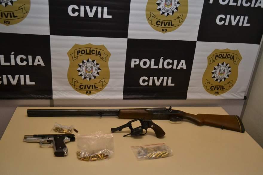 Armas e munições também foram apreendidas