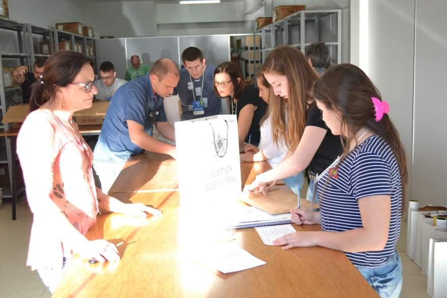 Logo que terminou a votação, os responsáveis pelas 85 seções eleitorais do município levaram suas parciais ao cartório eleitoral