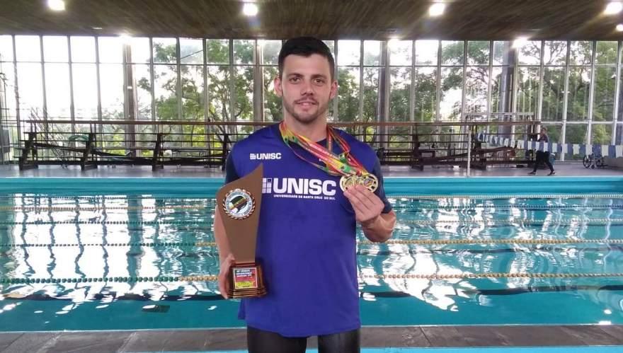 Mauricio Scota com o troféu e as quatro medalhas conquistadas no JUGS em Porto Alegre - Crédito: Divulgação / Folha