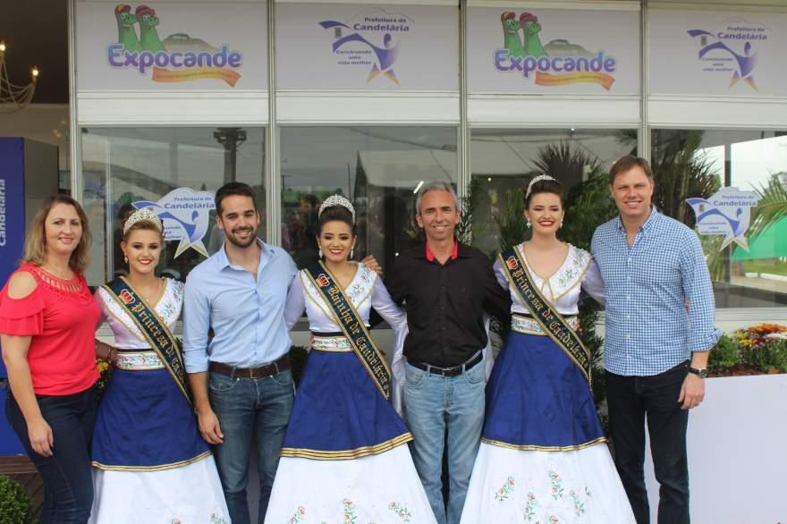 Eduardo Leite com correligionários, o prefeito Paulo Butzge e as soberanas no estande da Prefeitura