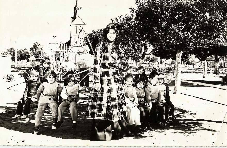 A Rainha Rejane Jensen ao lado de crianças na praça Alberto Blanchard da Silveira em 1974