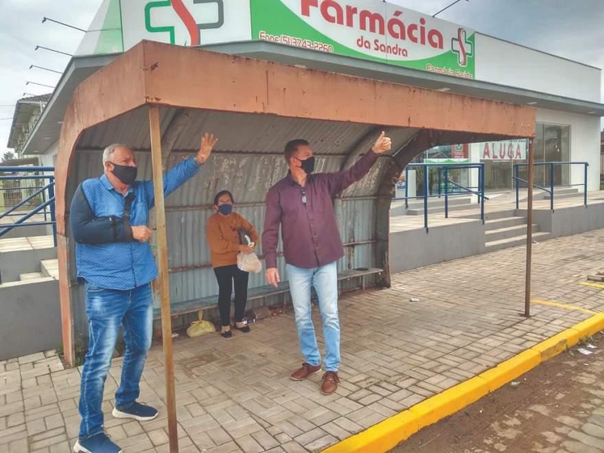 O prefeito Rim e o vice Cristiano na parada do Araldo, no Rincão Comprido, onde será instalado um dos novos abrigos