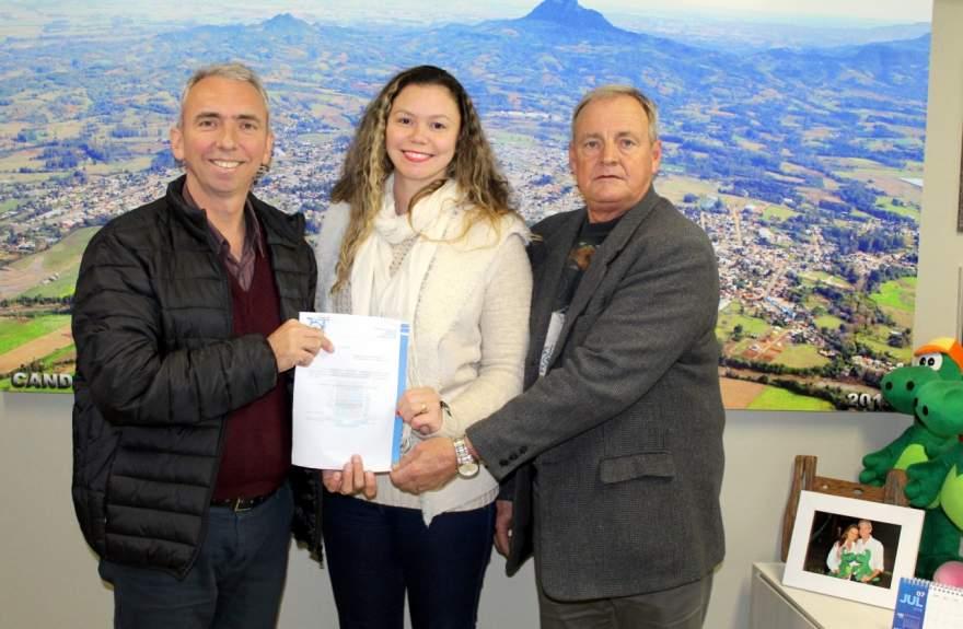 Ginevra foi empossada pelo prefeito Paulo Butzge (Crédito: AI da Prefeitura de Candelária)