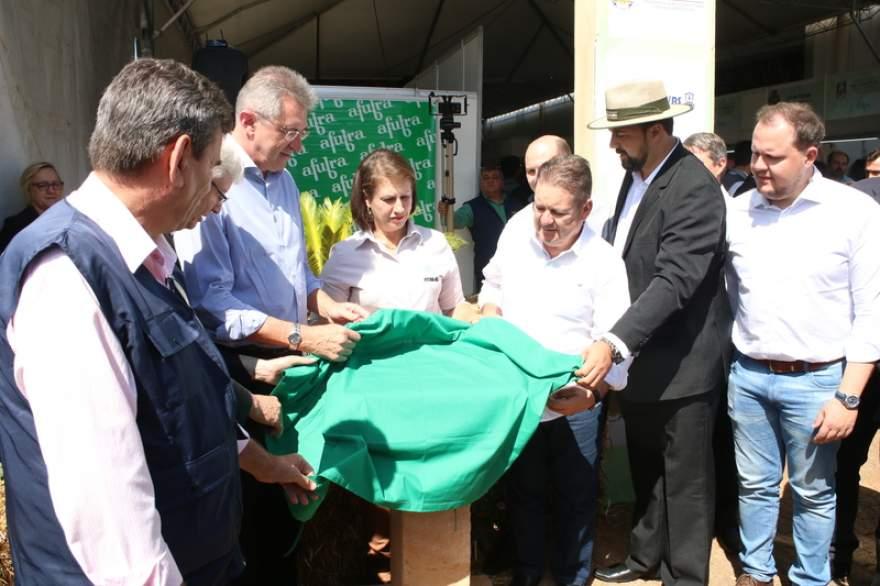 Autoridades descerram a placa durante a inauguração do novo pavilhão da agroindústria familiar