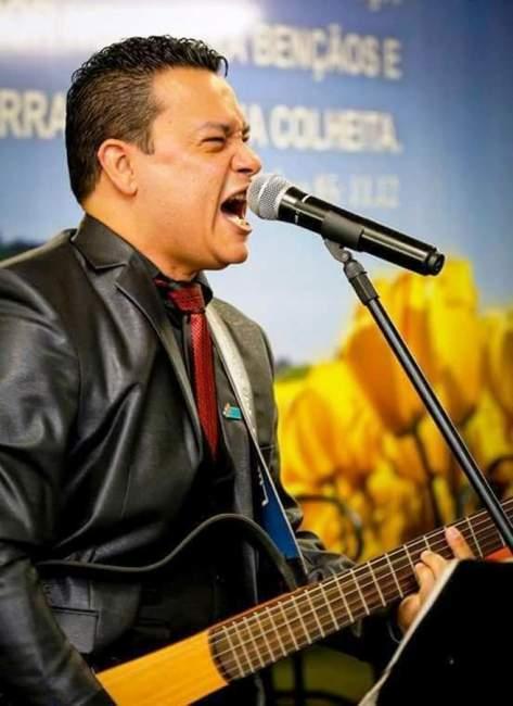 O cantor Claúdio Mello
