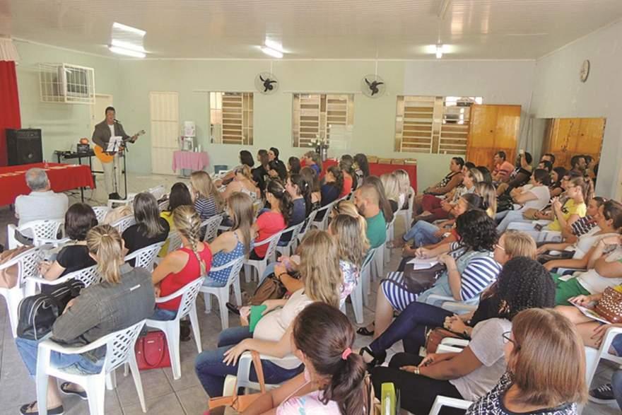 Palestra com o cantor e escritor Rodrigo Munari para equipes diretivas e professores das escolas abriu as atividades da rede municipal em Novo Cabrais