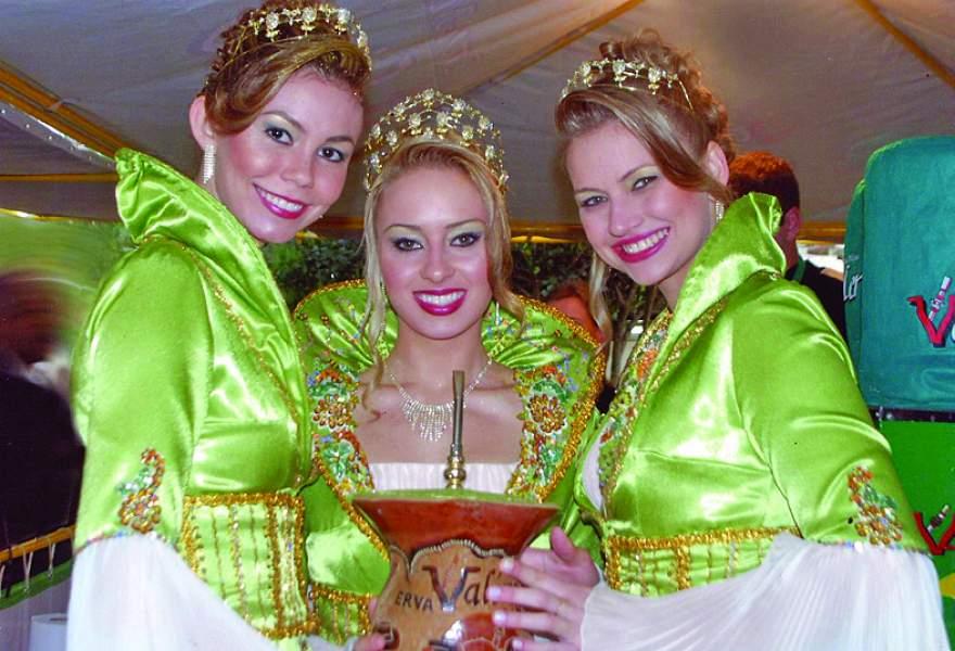 A Rainha Fernanda Meneghetti, entre as Princesas Ginevra H. da Silveira e Melise Wollmann