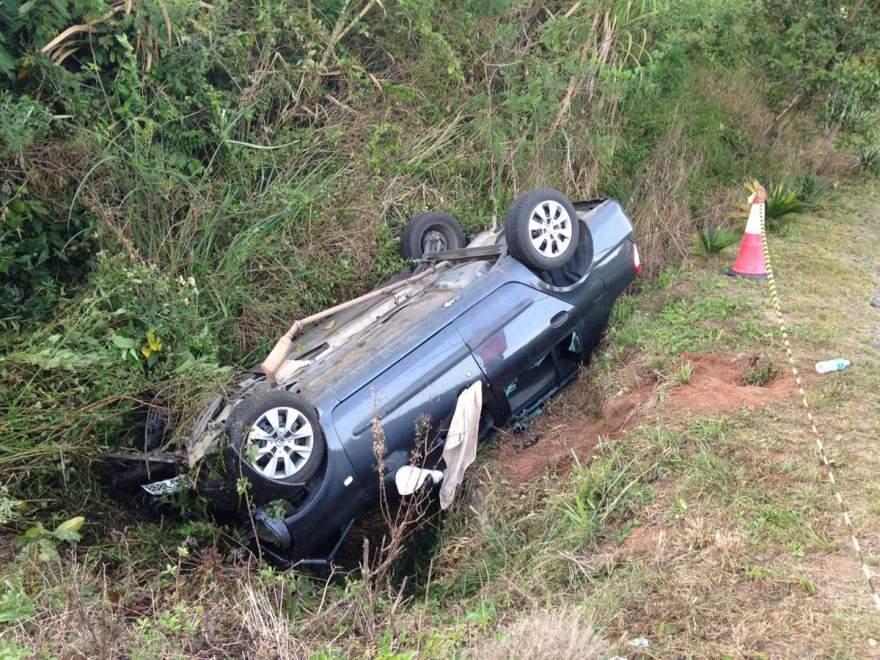 Com o impacto, veículo acabou indo parar fora da rodovia