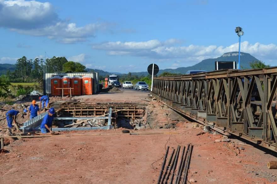 Segunda etapa das obras da ponte fixa segue em andamento (Foto: Diego Foppa)