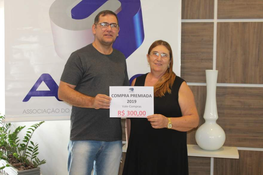 A entrega do prêmio para Maria Orildes Zimmermann