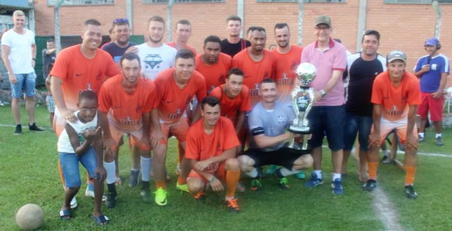 Equipe do Estrela com o troféu de vice-campeão da categoria A