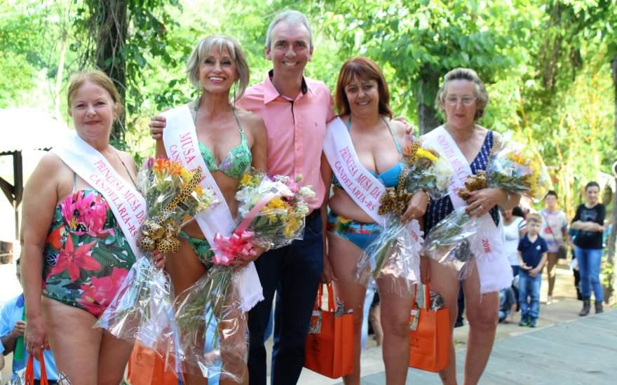 O prefeito candelariense Paulo Butzge com as vencedoras