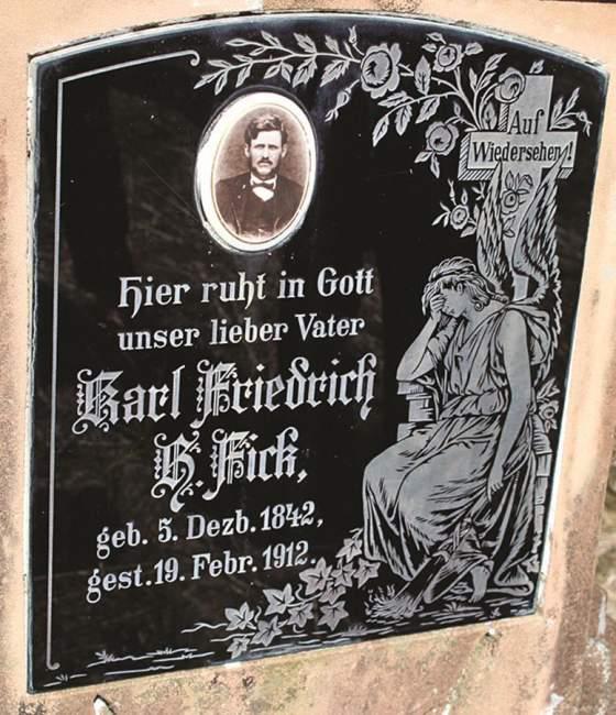 A lápide de Karl Friedrich B. Fick, que nasceu em 1842 e chegou à Linha do Rio em 1862