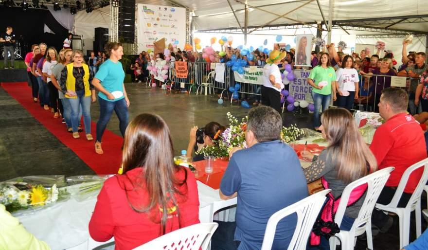 As 18 candidatas realizaram desfiles coletivos e individuais