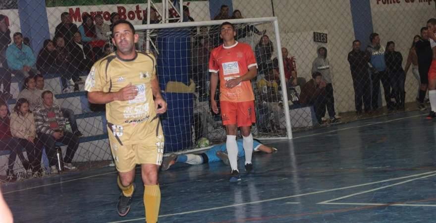 Coelho corre para comemorar junto à torcida o gol da vitória da Semal