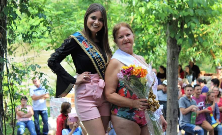 A Rainha Isabela com uma das Princesas eleitas, Maria Inês da Silva