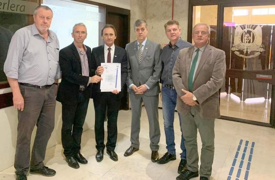 Prefeito, vice, vereador Cristiano, Edson Brum e o assessor Goetze com Juvir Costella