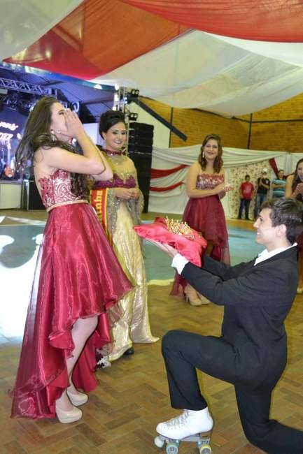 Momento em que Diovana foi anunciada como a nova rainha do município