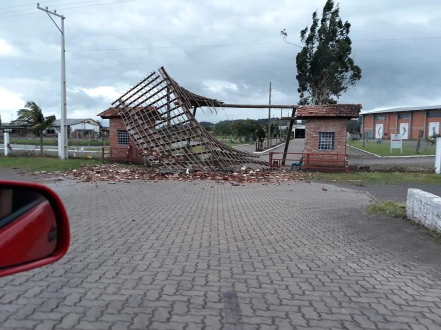 Fortes ventos derrubam pórtico de entrada do Parque de Eventos
