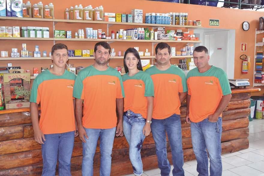 A equipe da Agropecuária Três Irmãos