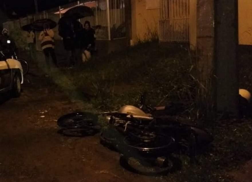Assalto terminou com a colisão em um poste da dupla em fuga, matando um dos assaltantes