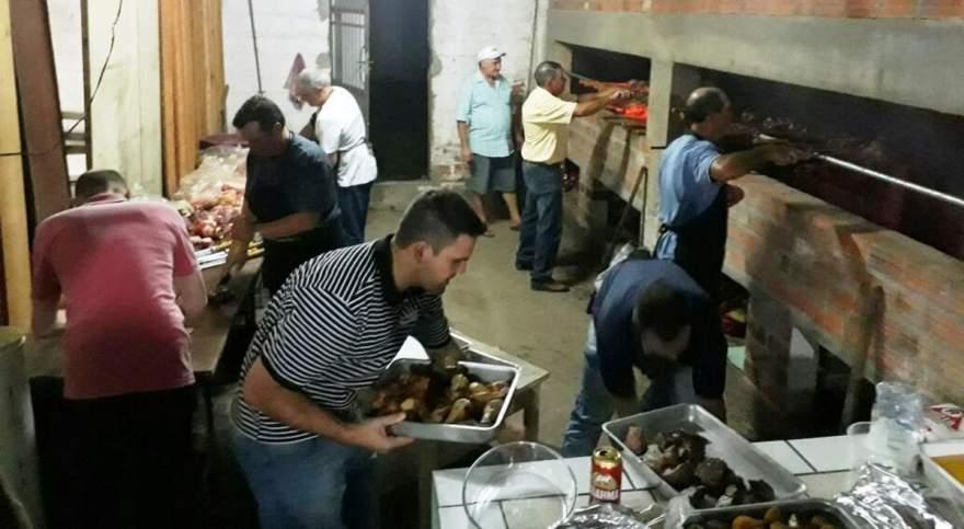 A equipe da churrasqueira em ação