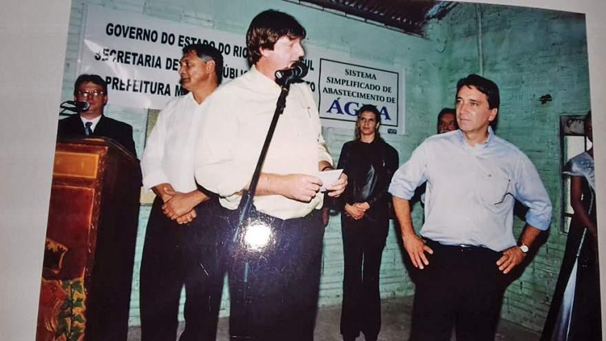 Valério Lawall na inauguração da rede de água na localidade de Cerrito, em 2005, juntamente com o governador Rigotto e o deputado Brito