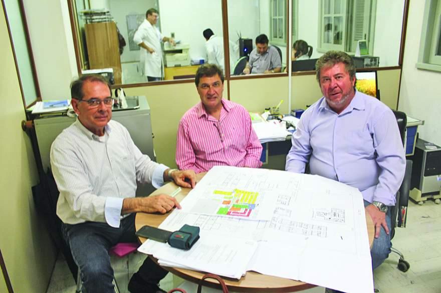 Lissauer Barbosa, Jonas Badermann e Aristides Feistler elaboram projeto arquitetônico para instalação de tomógrafo no Hospital Candelária