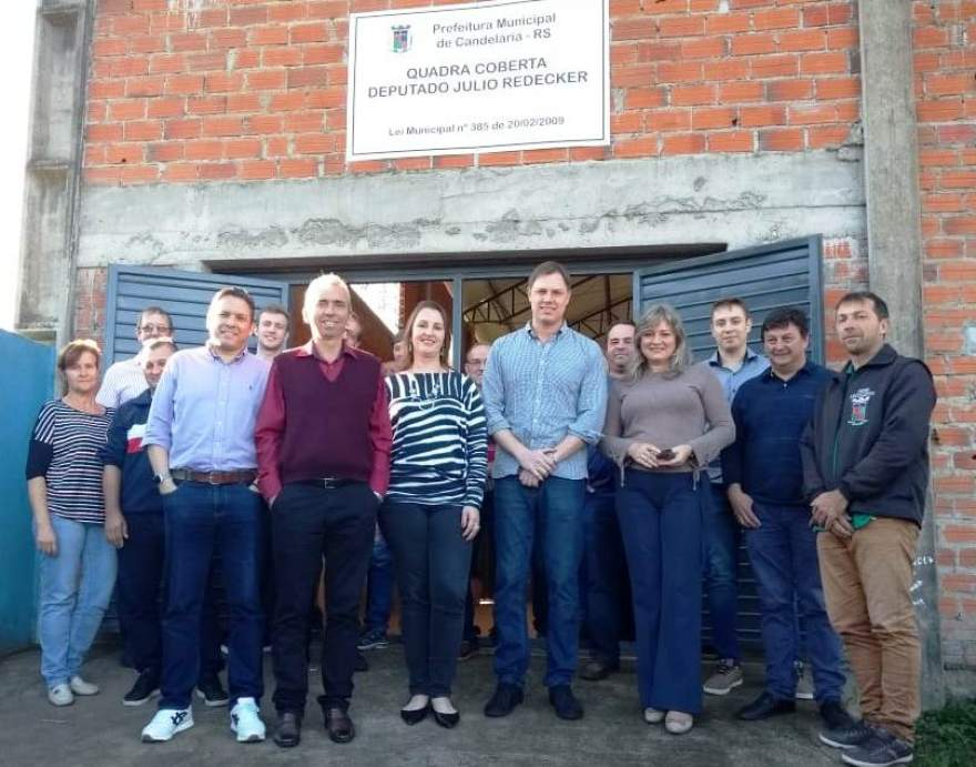 Deputado Lucas Redecker ao lado de lideranças locais em frente ao ginásio: visita