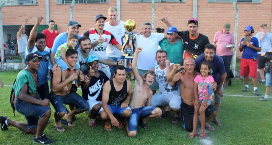 Equipe do Ewaldo Prass com o troféu de campeão da categoria veteranos