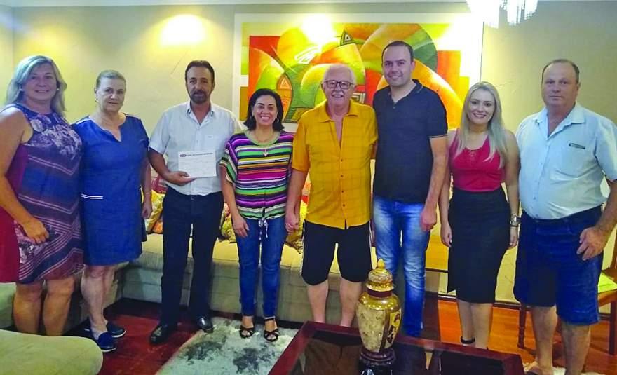 Jussara e Lauro Mainardi ao lado do ex-deputado Sérgio Moraes e de vereadores