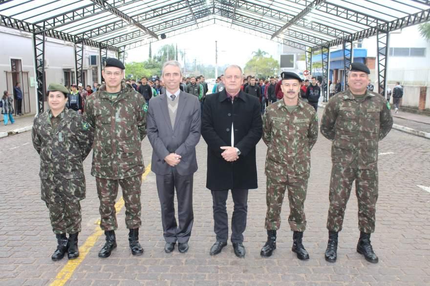 Prefeito Paulo Butzge e Vice-Prefeito Nestor Ellwanger com as autoridades do exército