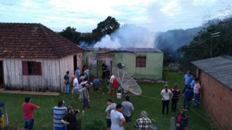 Intensidade das chamas foi percebida por vizinhos, que chamaram os Bombeiros Voluntários de Candelária