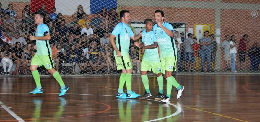 Atletas do Inova comemoram o gol de abertura da decisão contra o Art Sul