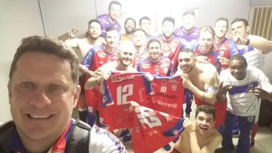 O presidente Rafael Vezentini fez a foto da comemoração pela vitória no vestiário