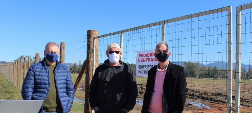 O prefeito e o secretário de Obras com o engenheiro Jairo: projeção de conclusão em seis meses