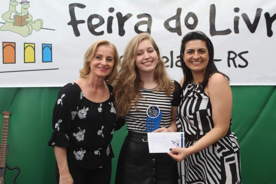 A premiação de Yasmin, segunda colocada na categoria infantojuvenil
