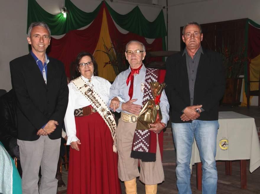 O Peão Xirú e a Prenda Xinoca com o prefeito Paulo Butzge e o vice Nestor Ellwanger