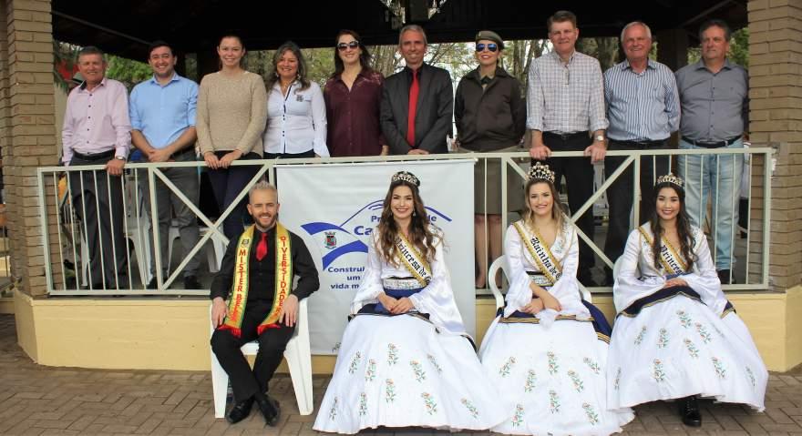 Autoridades, soberanas Marina, Gabriele e Priscila, e Patrick Cerentini, 3 lugar no Mister Diversidade