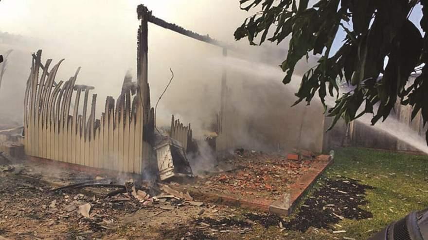 Residência foi totalmente destruída pelas chamas (Foto: Arzélio Strassburger)