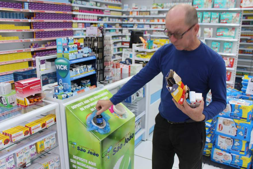 Diretor Albino Gew fez a coleta dos remédios e depositou em ponto instalado em farmácia no centro