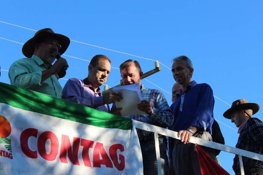 Na agência local do INSS, lideranças entregaram documento ao coordenador Alceu Müller