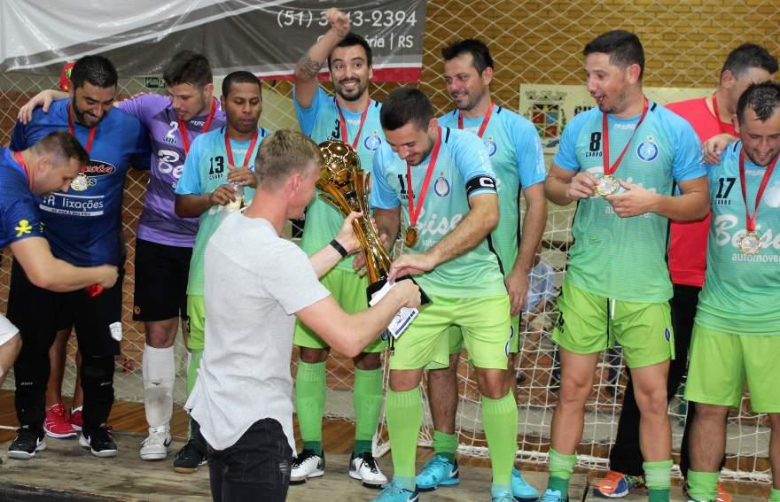 Goleiro Douglas entregou o troféu de campeão para o Inova