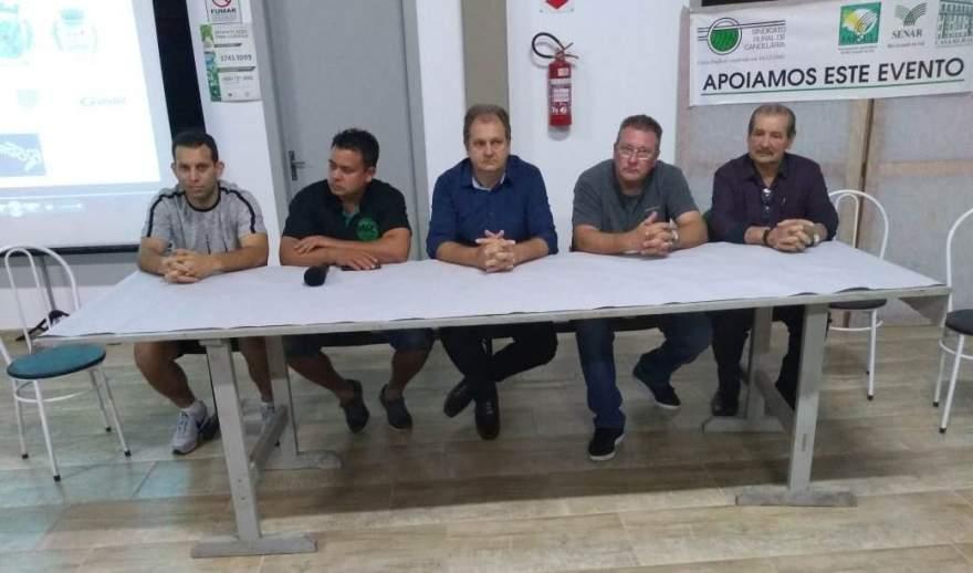 Os representantes dos municípios participantes e de Mauro Flores, que representou os apoiadores