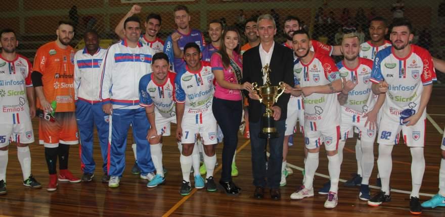 Ao final, atletas e comissão técnica do Atlético posaram com a taça junto com o prefeito e a rainha do município