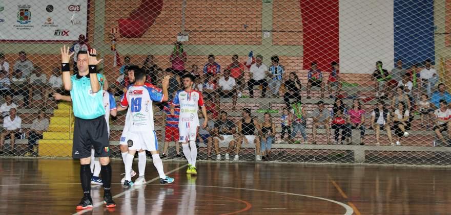 Edmilson comemorou com a torcida o segundo gol do Atlético