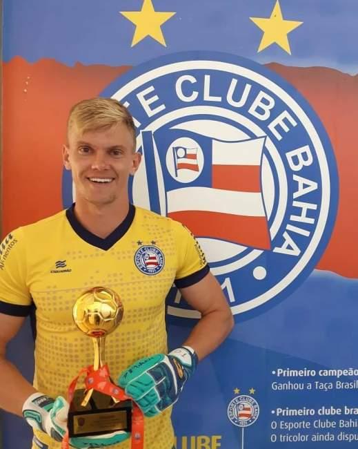 Douglas Friedrich com o troféu de goleiro menos vazado do Campeonato Baiano - Crédito: Divulgação