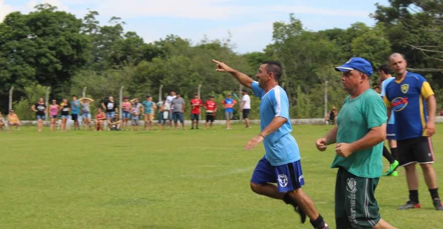 Coelho comemora o gol que abriu o escore na final dos veteranos