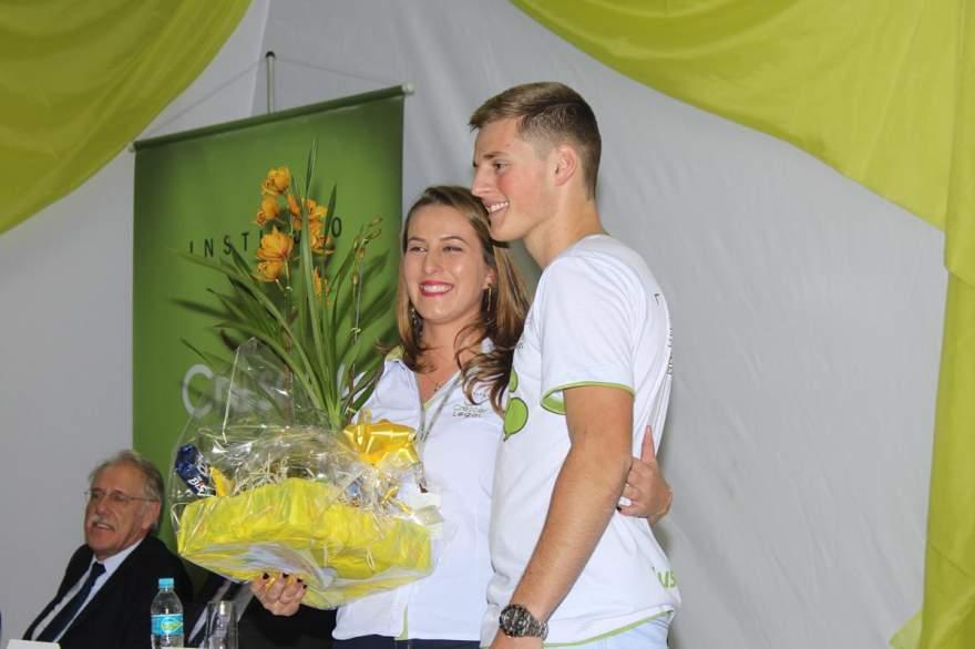 Cristiana recebe presente entregue pelos alunos
