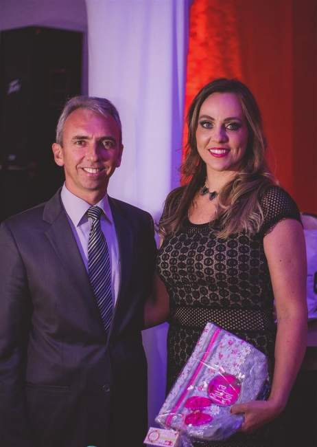 O prefeito Paulo Butzge entrega a Flávia Rohrs , 1ª Musa do Sol  um presente